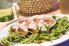 Het braadstuk en de spaghetti van het vlees met pesto Royalty-vrije Stock Foto's