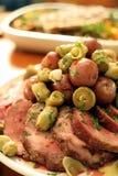 Het braadstuk van het varkensvlees met aardappels en artisjokharten Stock Afbeelding