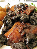 Het braadstuk van het varkensvlees met gedroogde pruimen en babyaardappels Royalty-vrije Stock Afbeeldingen