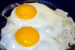 Het braden Eggs1 stock fotografie