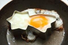 Het braden van het ei in stervorm Stock Afbeelding