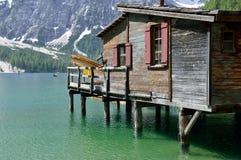 Het Braies-meer is een zeer suggestieve plaats in het Dolomiet Stock Afbeeldingen