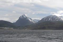 Het Brakkanaal die het belangrijkste eiland van de archipel van Tierra del Fuego scheiden en aan het Zuiden van het eiland liggen royalty-vrije stock foto's