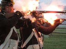 Het in brand steken van Hun Musketten Stock Foto