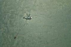 Het brandbestrijdingshelikopter vliegen Royalty-vrije Stock Afbeeldingen