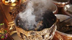 Het branden Arabische wierook doubai Madinat Jumeirah stock video