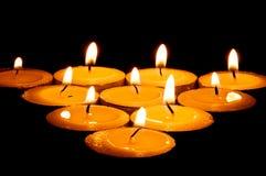 Het branden candeles in dark Stock Foto