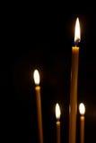 Het branden in de donkere spitse kaarsen Stock Afbeeldingen