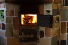 Het branden in de ovenkorrels van pijnboom Stock Afbeelding