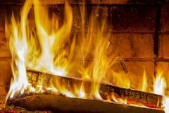 Het branden en het gloeien stukken van hout in open haard royalty-vrije stock fotografie