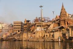 Het branden Ghat in Varanasi, India stock afbeeldingen