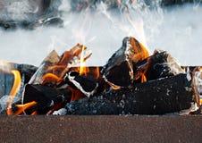 Het branden opent in openlucht de grill het programma Stock Foto