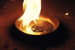Het branden Pentagram op Staalplaat stock foto's