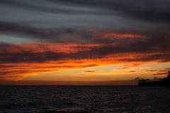 Het branden rode bewolkte zonsondergang Royalty-vrije Stock Foto