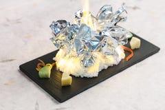 Het branden roosterde tweekleppige schelpdieren de omslag door folie, brandwond met zout met gesneden kalk op zwarte rechthoekpla stock fotografie