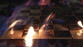 Het branden schaakbordclose-up Het schieten van een klem Langzame Motie stock videobeelden