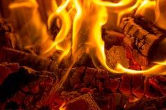 Het branden van close-up houten steenkolen in de open haard royalty-vrije stock fotografie