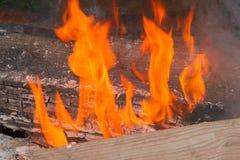 Het branden van de brand in de open haard Stock Foto