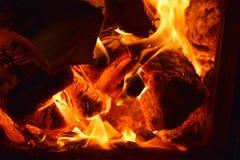 Het branden van de brand in de oven Stock Afbeeldingen