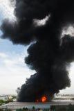 Het branden van de brand en zwarte rook over lading Royalty-vrije Stock Afbeeldingen