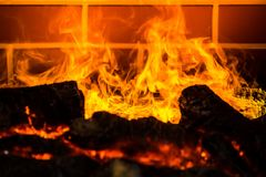 Het Branden van de brand in Open haard stock fotografie