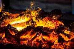 Het Branden van de brand in Open haard stock afbeeldingen