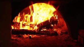 Het Branden van de brand in Open haard stock footage