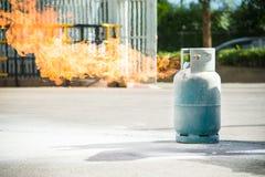 Het branden van de brand over gascontainer stock foto's