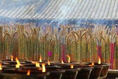 Het branden van de wierook in een tempel, met kaarsen Stock Foto's