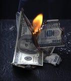 Het branden van geld Stock Afbeelding