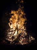 Het branden van het vuur Stock Afbeeldingen