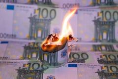 Het branden van honderd euro royalty-vrije stock foto