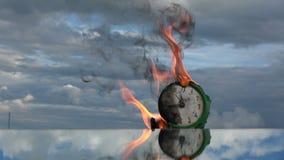 Het branden van oud retro groen wekkergezicht op spiegel in ruimte stock footage