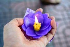 Het branden van purpere kaars in vorm van lotusbloembloem Royalty-vrije Stock Fotografie
