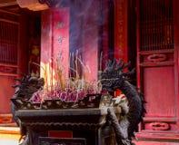 Het branden van rode Chinese kaars in tempel stock foto's