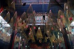 Het branden van spiraalvormige wierookstokken die van het plafond van een pago hangen Royalty-vrije Stock Fotografie