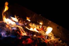 Het brandende brandhout van het brandvuur De vlam van brandbrandwonden in een open oven bij nacht stock fotografie