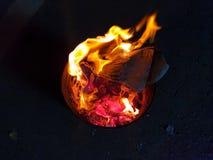 Het brandende document aan de voorvadereerbied en viert Chinees Nieuwjaar stock foto