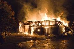 Het brandende huis van de nacht Stock Fotografie