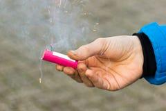 Het brandende vuurwerk van de handholding stock foto's