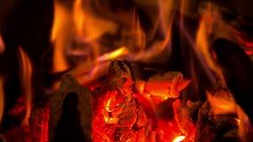 Het brandhout die in de open haard branden stock videobeelden