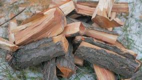 Het brandhout met een rode tint ligt stock video