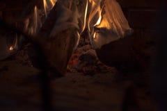 Het brandhout in open haard? Een brand vlamt merrily in de open haard op royalty-vrije stock afbeeldingen