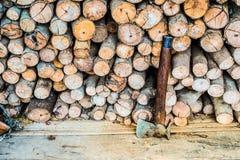Het brandhout van de bijlbesnoeiing Royalty-vrije Stock Afbeeldingen