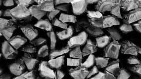 Het brandhout voor de open haard wordt gestapeld in een stapel royalty-vrije stock foto