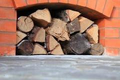 Het brandhout wordt gebouwd in baksteenkomin Stock Foto's