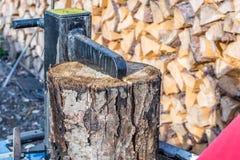 Het brandhout wordt gemaakt met behulp van een logboeksplitser royalty-vrije stock fotografie