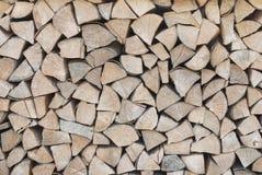 Het brandhout wordt gestapeld in woodpile Stock Afbeelding