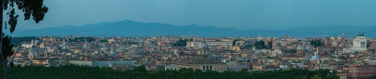 Het brede panorama van de schemer stedelijke horizon van Rome met hoofd architecturale internationale oriëntatiepunten vanuit Jan royalty-vrije stock fotografie