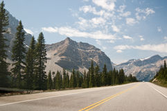 Het Brede rijweg met mooi aangelegd landschap van Icefield, Alberta, Canada Stock Afbeeldingen
